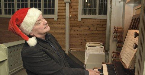 Skaper julestemning: Organist i Buksnes og Hol menighet, Andrey Pirozhkov, trives ekstra godt på orgelkrakken i julehøytiden, hvor han spiller på to gudstjenester julaften og to på 1. juledag. Alle foto: Geir Inge Winther