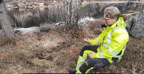 FLINT: Arkeolog Morten Kutschera forteller i videoen om funnene av flint og kvarts som ble gjort ved Lona i Lyngdal.