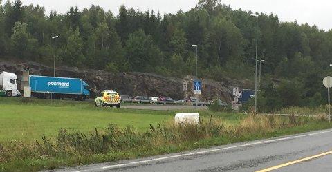 Politiet er på plass ved påkjøringen fra Horgen, etter at flere bilister har snudd på E6 og kjørt mot kjøreretningen her for å komme av E6.