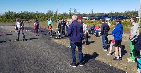 KLIPPET SNORA: Lyngen-ordfører Dan Håvard Johnsen står klar til å klippe snora på den nybygde rulleskøytebanen på Lenangsøyra. Foto: Rolf Pedersen