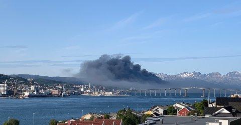 RØYKLAGT: Slik så det ut i Tromsø under brannen 2. august i fjor.