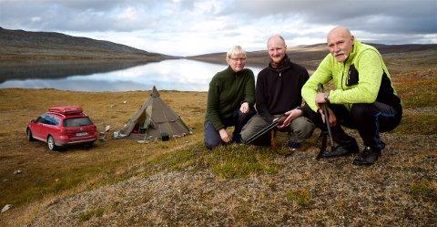 TOMHENDT: Etter sju timer i et av de beste fjellrypeterrengene i Troms kom de tomhendte tilbake til leiren. Fra v. Monica Stridh, Aksel Stridh og  Odd Egil Nilsen.