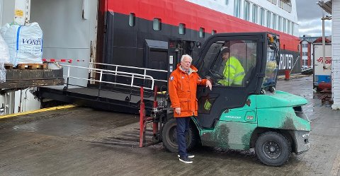 LOSSER:  Per Lund er daglig leder i Bernh Lund AS på Finnsnes. Her er han sammen med Odd H. Arnesen, som losser Trollfjord før siste reis nordover til Kirkenes.