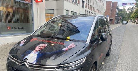 TOMMEL OPP: Det er vanskelig ikke å legge merke til den gule parkeringsbota når Støre velvillig peker på den.