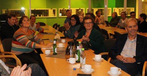 Samlet: Representanter fra Høyre og Senterpartiet hadde samlet seg rundt Karoline Fjeldstad (Sp) da Ellen Solbrække leste opp valgresultatet.
