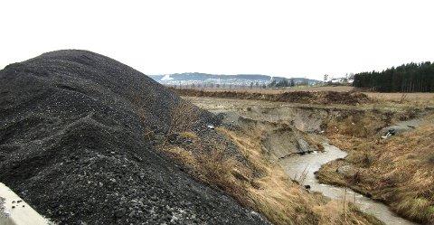 Får kritikk: Her blir granulert asfalt med PCB-innhold lagret rett ved en bekk. Fylkesmannen frykter at dersom betongen i miljøparken inneholder miljøgifter slik stikkprøven viste, kan det oppstå forurensende avrenning.Alle foto: Fylkesmannen i Oslo og Akershus