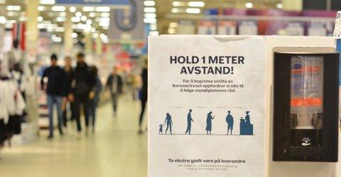 – MERKELIG: Flere kunder Romerikes Blad har snakket med synes det er merkelig at Norge ikke har strengere krav til smittevern i dagligvarebutikkene. FHI sier de ikke kommer til å kreve endringer.