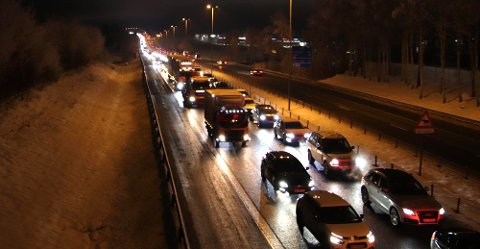 KØ, KØ, KØ: Slik ser det ut på E6 nord for Grankrysset klokka 07.45. Bilene i mot er på vei sørover.