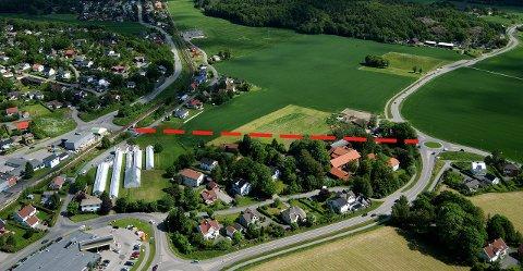 HER SKAL DET BYGGES: Siste tappe av Ringveien fra Heimdalveien (t.h.) til togundergangen ved Haslebakken (t.v.) skal snart bygges. Arkivfoto: Olaf Akselsen