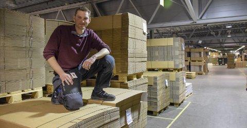 Liker å stå på: Andreas Kjær Johannessen (23) er teamleder i vedlikeholdsavdelingen hos Komplett. Egentlig er han tømrer, men forteller at det er få han gikk på skole med som fortsatt jobber som tømrer. Foto: Morten Fredheim Solberg.