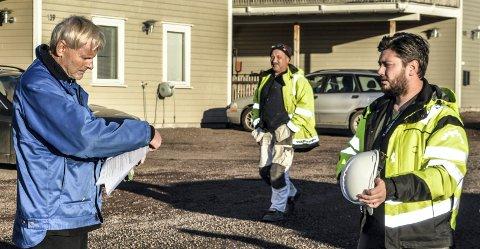 UENIGE: Utbygger Magne Hjeltnes (t.v.) og tilsynsleder Kristian Stangvik fra kommunen diskuterte byggesaken før Hjeltnes besluttet å etterkomme ordren om byggestans. Det skjedde i slutten av november i fjor.
