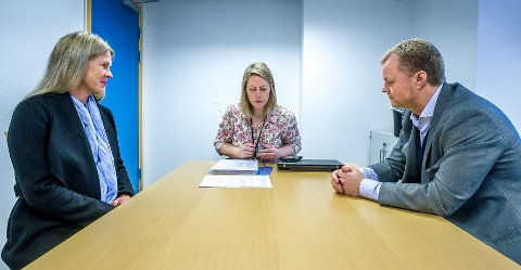 VALGLISTE: 594 underskrifter hadde Vibeke Nilsen (t.v.) og Kai Roger Hagen med seg da de leverte SaFoSas valgliste til valgansvarlig i kommunen, Ida Odsæter.