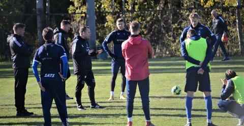 Sammen igjen: Anton Saletros sammen med tidligere lagkamerater og noen ny etter å ha vært borte i to måneder. Her er det trener Mikael Stahre som gir sine direktiver under trening.