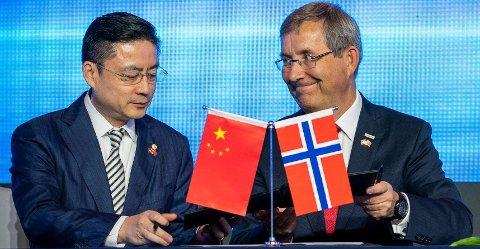 Avtalen om flyruten ble signert mellom visepresident i det kinesiske flyselskapet Hainan Airlines, Tan Xaing Dong, og konsernsjef i Avinor, Øyvind Hasaas, i Beijing tirsdag.