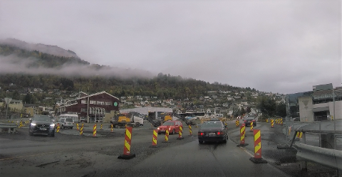 KRYSS: Her på rv. 5 i Sogndal blir det bygd ny rundkøyring, som skal vera klar til jul. Vegvesenet seier seg nøgde med trafikkavviklinga så langt. Foto frå gopro/dashboardkamera.