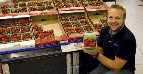 HEFTIG SALG: Butikken til Jan Petter Steinsholt har solgt jordbær så det lukter svidd så langt i sommer.