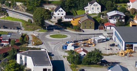 Det pågår graving i dette området på Nordlandet. Arbeidet har gått fra Omagata til venstre i bildet og fortsatt til Verkstedveien – som går midt i bildet inn mot rundkjøringen. Deretter går arbeidet videre opp Algeaveien.