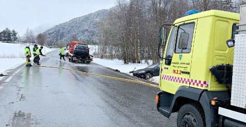 To biler kolliderte på fylkesvei 670 på Lykkjeeide i Surnadal torsdag.
