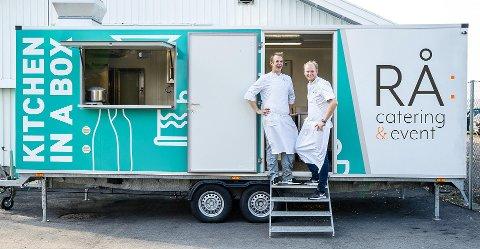 KJØKKEN PÅ HJUL: Kokkene Tin Rivå og Magnus Nilsen lover både fiskesuppe og mye annet ganegodt.