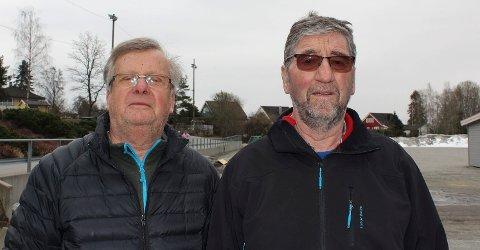 SPESIELT: Trond Brynhildsen(t.v.) og Tor Sneis undrer seg over hvorfor flomlyset står på når ingen bruker Høiåsbanen på Heer. FOTO: Annika Randall