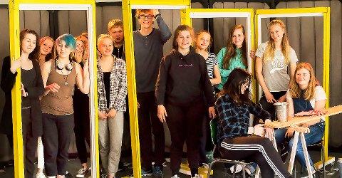 Nå sitter forestillingen. Ungdomsgruppa i teaterverkstedet hadde kontroll da Ås Avis stakk innom på lørdag.