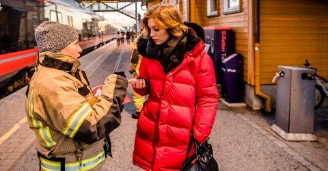"""1. desember er """"batteriskiftedagen"""" for røykvarslere i hjemmet. Follo Brannvesen IKS og Gjensidige forsikring sto tirsdag fra kl. 15.30 på Ås stasjon for å dele ut gratis batterier. Her Anna Husrem fra Follo Brannvesen og Emmely Åkesdotter."""
