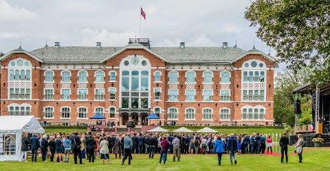 TRØBBEL:  Rundt 2000 studenter ved NMBU på Ås kan måtte bruke opp til et år ekstra på å fullføre studiene sine på grunn av fysisk stengt campus under korona.