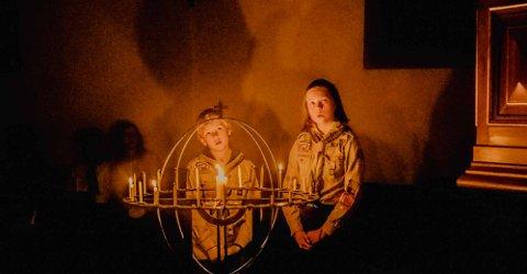 VAKKERT: Oluf Aalde (12) og Liv Anette Koch (12) hadde hovedansvaret at lysgloben ble en stor lyskilde i Ås kirke under lysmessen.