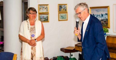 Gro Medlien er utnevnt som ny president i Ås Rotaryklubb og har akkurat fått overrakt presidentkjedet fra avtroppende Torstein Steine.