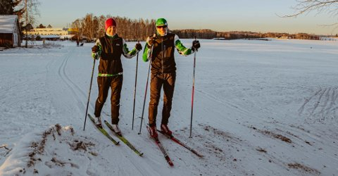 LØYPEKJØRER: Karl Henrik Lilleheier kjørte opp skiløypene i Ås natt til lørdag. Her er han ut i løypene på Rustadjordet sammen med kona Hilde Lilleheier for å vise hvor flott løypene var blitt.