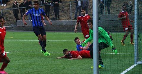 MØTER GAMLE KJENTE: Sindre Mauritz-Hansen (liggende) scoret tre mål mot Holmlia i cupen. Nå skal han forsøke seg mot gamleklubben.