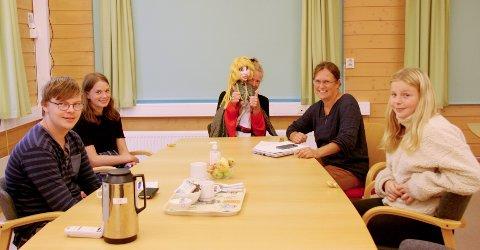 Dukketeatermøte: Fra v. Peter Emil í Puntabyrgi, Sylva Lande-Moen, Bente Sørvik med Frøya, Lise Grøva og Sandra Ballstad Torjul.