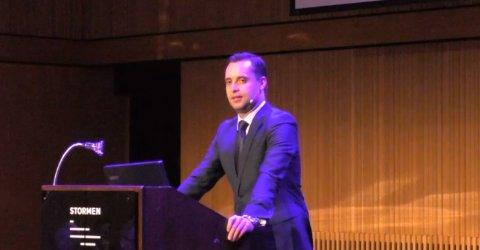Danny Hayes på scenen i Stormen da han talte i Bodø i juni.