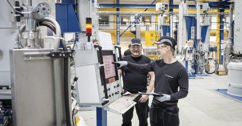 Trykket på knappen: Fabrikksjef Cato Lund var til stede da operatør Wictor Salmonsson startet den første trekkeren med et enkelt trykk på en digital knapp på ovnens kontrollpanel. Antall ovner skal økes fra 66 til 96 i løpet av 2019. De første ledige stillingene er allerede publisert.Begge bilder: Johan Votvik