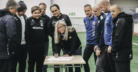 Historisk: Her signerer Berit Wilhelsen i Bodø/Glimt den historiske avtalen, hvor nesten samtlige klubber i Bodø har kommet til en felles enighet om overganger i barne og ungdomsfotballen. Resten av klubbene venter på tur for å signere.Foto: Tom Melby
