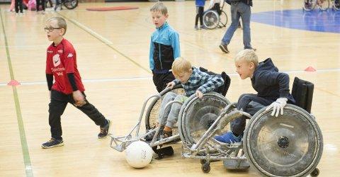 Full fart i Haukelandshallen fredag, der både funksjonshemmede og deres funksjonsfriske venner var på plass.