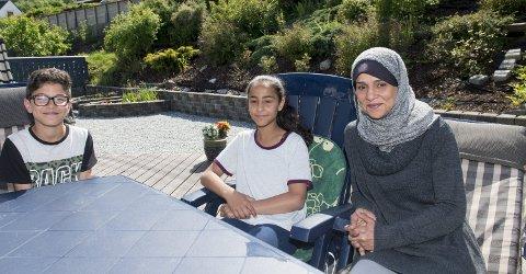 Takknemlige: For syv år siden kom palestinske Mona Ahmed til Norge med sine syv barn. Nå har de endelig fått lovlig opphold, etter at de fikk                                                             hjelp av en advokat via innsamlingsaksjonen. Her er moren med to av barna, tvillingene Fahad og Shahad Emad (12).  FOTO: MAGNE TURØY