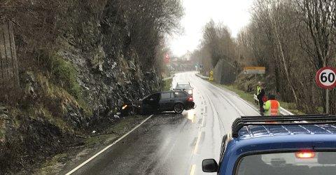 Sjåføren kom seg ut av bilen på egen hånd etter trafikkulykke.