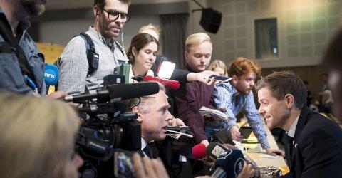 Kjell Arild Hareide var omgitt av pressefolk på Sotra i går. Men de 87 delegatene fikk også hilse på ham under årsmøtet i hjemfylket hans. – Det er godt å være her, sa Hareide.