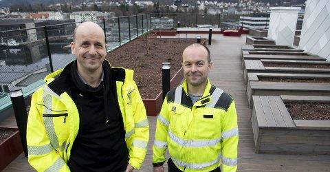 Anleggsgartnerne Sigurd Boasson og John Ivar Rosten i Svein Boasson AS gleder seg over det nye taket på toppen av 1912 i Damsgårdsveien. Foto: Arne Ristesund