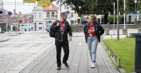 Axel Fjeld (31) og Hannah Zimmerman (19) er to av 40 personer som patruljerer Bergens gater for LO denne sommeren. Sistnevnte          studerer ved Stanford-universitetet i USA har reist hit ens ærend for jobben og med det å lære om den norske velferdsstaten. – Det står dårlig til med arbeiderbevegelsen i USA. De vet ikke hva de skal gjøre for at folk skal rekruttere seg. Her kan vi lære av Norge, sier hun til BA.