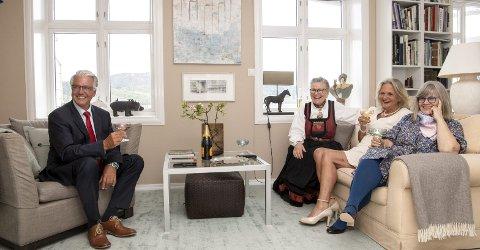 Fest og spill: Jostein Jokiel, Janicke Meyer i bunad, vertinnen Elisabeth Rakner og Ingebjørg Monsen har rigget seg til for å se                                                  åpningskonserten på Festspillene – digitalt. foto: Anders Kjølen