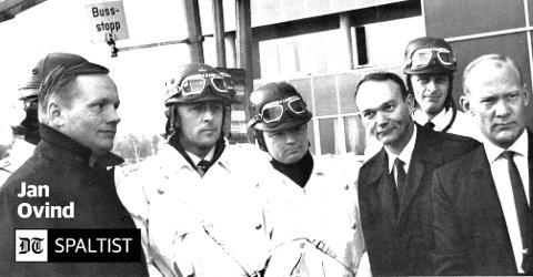 Vi var få til stede, og astronautene stilte seg villig opp til fotografering sammen med politieskorten (motorsyklister), skriver Ovind. Astronautene er kledd i fine mørke dress, eskortert av tre politimenn. (f.v.) Neil Armstrong, Michael Collins, Buzz Aldrin.