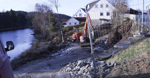 Bjerck og Brendø Maskin AS har hovudentreprisa på utskiftinga av kloakkrøyra som skal vere ferdig i februar- mars .                                                                                                                                                                                              Foto: Olav Hatlemark