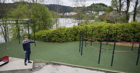 BYGG HER: Martin Malkenes og MDG meiner ein bør bygge fleirbrukshall her, med fotballbane på taket. Foto: Tarjei Langeland