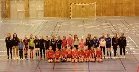 AKADEMI: Førde-jentene samla til fotografering på siste dag under akademiet til Førde Fotball.