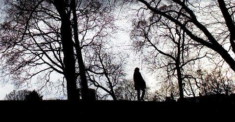 Oslo 20080414 Kvinne i park om kvelden. Alene. Ensom. Redd. Skummelt. Trist. Kjærlighetssorg. Voldtekt. Deprimert. Selvmord. Fortvilet. Ulykkelig. Samlivsbrudd.  FOTO: Sara Johannessen / SCANPIX - - MODEL RELEASED - MODELLKLARERT - -