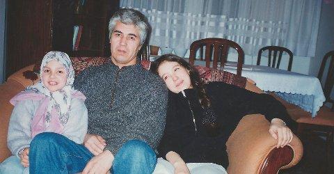 Støtte fra Fredrikstad: Muhammad Bekzhanov, her sammen med sine barn, ble under tortur dømt i Usbekistan i 1999. Hans forbrytelse var å bruke ytringsfriheten. Han er av de journalistene i verden som har sittet lengst i fengsel.  (Bilde fra svenske Amnestys hjemmeside)