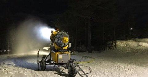 Snøkanonene gikk for fullt da kulden kom. Men kapasiteten kan økes, og Høyres Eivind Leister legger frem et forslag i teknisk utvalg.