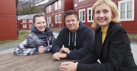 Fornøyde: Lisa-Marie Winther og Eivind Skoglund Hansen er fornøyd med at Norges arktiske studentsamskipnad og campussjef Lena Moe sørger for at samskipnadens energiforbruk ikke representerer noe utslipp av CO₂. I tillegg bidrar den nye strømavtalen til et miljøvennlig strømprosjekt på burmesiske skoler.Foto: Terje Næsje